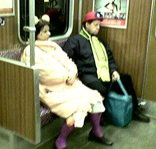 zwei traurige menschen mit traurigen hüten